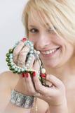 Cara e mãos da mulher com pregos e joia vermelhos fotos de stock