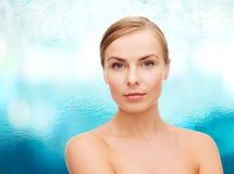 Cara e ombros da jovem mulher Imagens de Stock