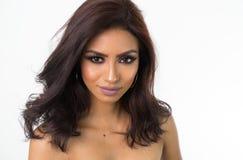 A cara e os ombros desencapados da mulher bonita Fotos de Stock Royalty Free