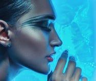 Cara embebendo da mulher bonita na água de gelo Foto de Stock Royalty Free