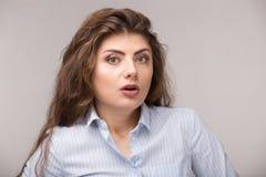 Cara emocionada chocada sorprendida feliz de la muchacha con el pelo rizado largo Mujer caucásica joven aislada en el fondo blanc fotografía de archivo libre de regalías