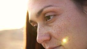 Cara emocional na praia, fim da jovem mulher acima do movimento lento do retrato 4k vídeos de arquivo