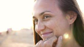 Cara emocional na praia, fim da jovem mulher acima do movimento lento do retrato 4k filme