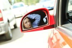 Cara en espejo de coche Fotos de archivo