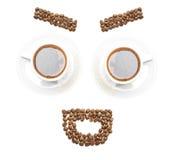 A cara engraçada arranjou dos feijões e das canecas de café Imagens de Stock