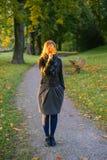 Cara escondendo da jovem senhora atrás do grupo das folhas Foto de Stock Royalty Free