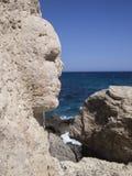 Cara esculpida en una roca Fotos de archivo libres de regalías
