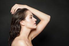 Cara f?mea perfeita, perfil Mulher bonita com pele clara saud?vel natural ap?s o banho no fundo preto imagem de stock