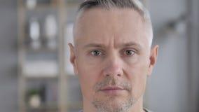 A cara fecha-se acima de Gray Hair Man sério video estoque