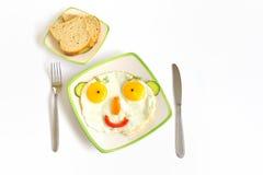 Cara feliz con los huevos de la fritada Fotos de archivo