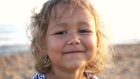 Cara feliz da criança do close-up Crianças na opinião na praia, 4k da natureza do verão filme