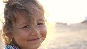 Cara feliz da criança do close-up Crianças na opinião na praia, 4k da natureza do verão vídeos de arquivo