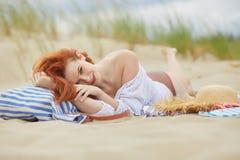 Cara feliz de la mujer en la playa Imagenes de archivo