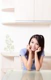 Cara feliz de la sonrisa de la mujer de la belleza con el fondo casero Foto de archivo