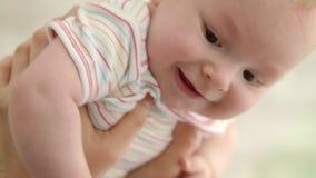 Cara feliz del bebé Retrato infantil hermoso Ciérrese para arriba de poco niño almacen de metraje de vídeo