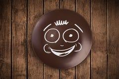 Cara feliz dos desenhos animados do smiley na placa colorida do prato Fotos de Stock Royalty Free