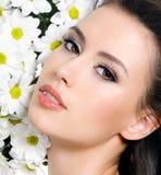 Cara femenina atractiva con las flores Fotos de archivo libres de regalías