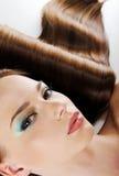Cara femenina con el pelo brillante del maquillaje y de la salud Foto de archivo