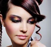 Cara femenina con sombreador de ojos multicolor fotografía de archivo
