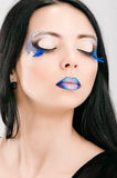 Cara femenina hermosa con maquillaje azul de la moda Foto de archivo libre de regalías