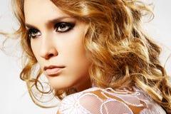 Cara femenina hermosa con maquillaje y pelo brillante Imagenes de archivo