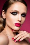 Cara femenina joven hermosa con maquillaje multicolor de la moda brillante Imagen de archivo libre de regalías