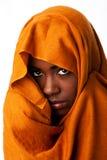 Cara femenina misteriosa en abrigo principal ocre Imagen de archivo