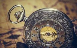 Cara grabada vintage del reloj del metal foto de archivo libre de regalías