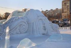 Cara grande en la diapositiva en ciudad del hielo Fotos de archivo
