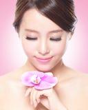 Cara hermosa con las orquídeas rosadas fotografía de archivo libre de regalías