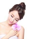 Cara hermosa con las orquídeas rosadas Imágenes de archivo libres de regalías