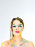 Cara hermosa de la muchacha con la pintura de espray en el fondo blanco Copysp imagen de archivo libre de regalías