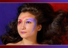 Cara hermosa de la muchacha con maquillaje colorido fotografía de archivo