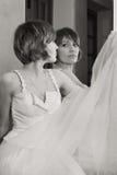 Cara hermosa de la muchacha delante del espejo imagen de archivo libre de regalías