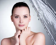 Cara hermosa de la mujer atractiva con agua Fotografía de archivo libre de regalías