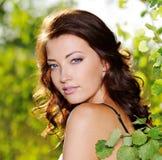 Cara hermosa de la mujer atractiva en la naturaleza Fotos de archivo