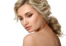 Cara hermosa de la mujer bonita joven con la piel sana imagen de archivo libre de regalías