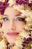 Cara hermosa de la mujer con el marco de la flor de la castaña Foto de archivo