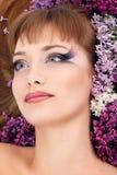 Cara hermosa de la mujer con el marco de la lila de la flor Fotografía de archivo