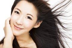 Cara hermosa de la mujer con el movimiento del pelo Imagen de archivo libre de regalías