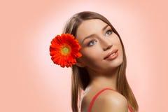Cara hermosa de la mujer con la flor fresca Imágenes de archivo libres de regalías
