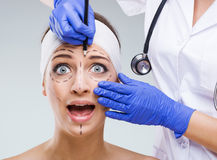 Cara hermosa de la mujer, con las marcas quirúrgicas cuando mirada asustada Fotos de archivo libres de regalías