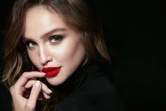 Cara hermosa de la mujer con maquillaje y labios rojos fotos de archivo libres de regalías