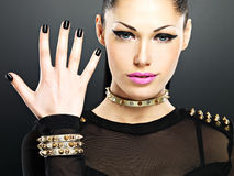La cara de la mujer de la moda con los clavos negros y brillantes hermosos hacen Foto de archivo libre de regalías