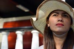 Cara hermosa de la mujer de la Edad Media que lleva el sombrero de domingo imagenes de archivo