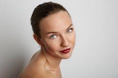Cara hermosa de la mujer joven con cierre fresco limpio de la piel para arriba en blanco Foto de archivo