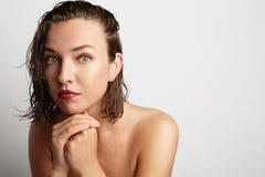 Cara hermosa de la mujer joven con cierre fresco limpio de la piel para arriba en blanco Fotos de archivo