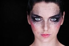 Cara hermosa de la mujer joven con maquillaje de la moda Foto de archivo libre de regalías