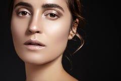 Cara hermosa de la mujer joven Skincare, salud, balneario Limpie la piel suave, mirada fresca sana Maquillaje diario natural fotos de archivo