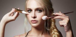 Cara hermosa de la mujer Maquillaje aplique los cosméticos Fotografía de archivo libre de regalías